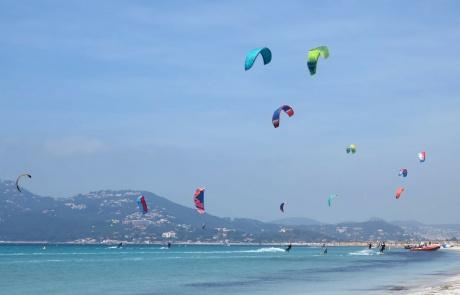 Multitude d'ailes de kite surf sur la plage de l'Almanarre à Hyères (France)